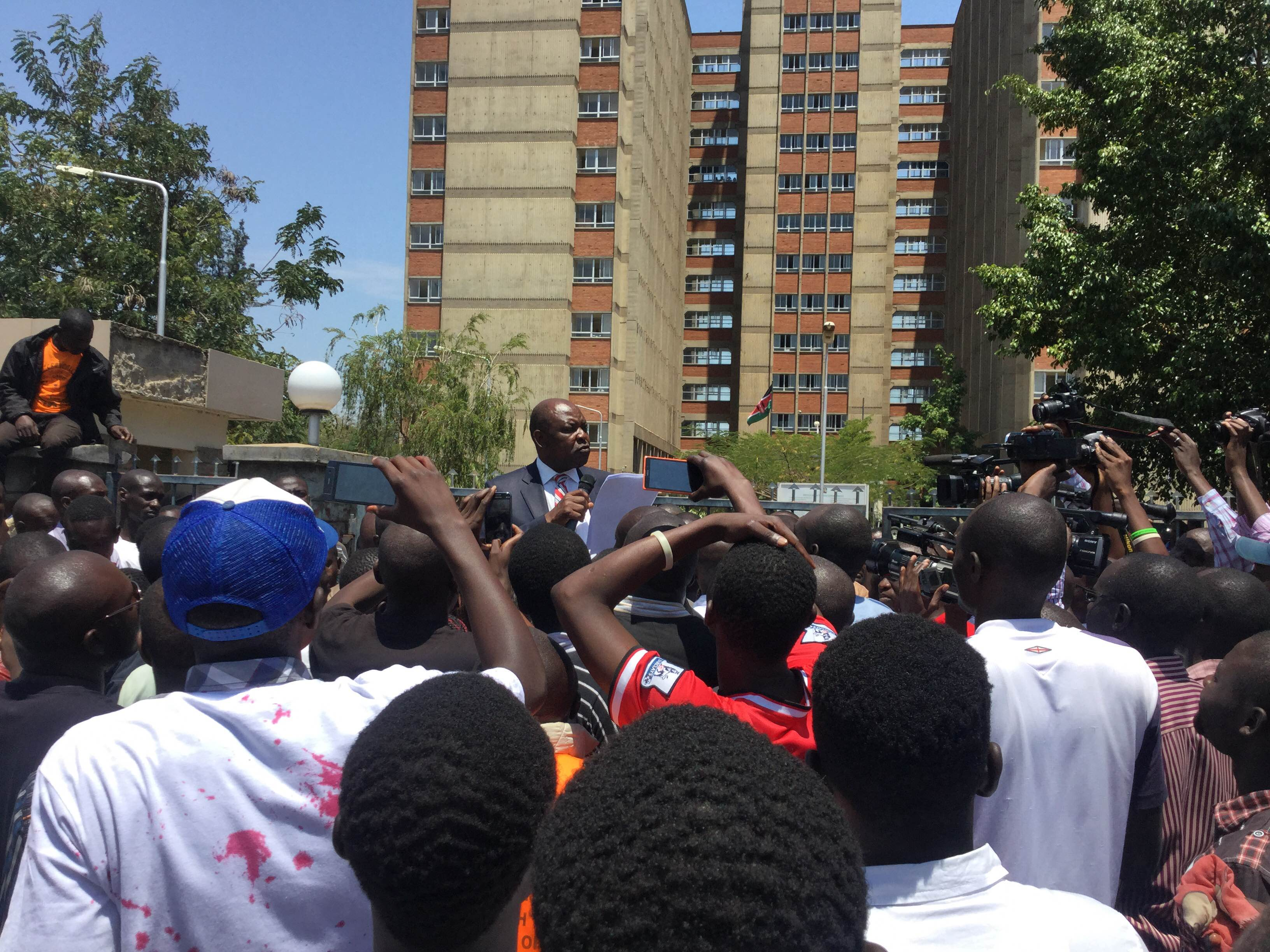 Kisumu Governor Jack Ranguma addressing the residents after receiving the petition